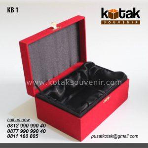 kotak beludru merah elegan
