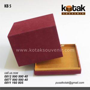 kotak beludru merah marun mewah