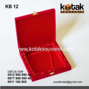 Kotak Beludru Merah Eksklusif